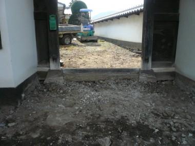 和風門のコンクリート撤去作業中