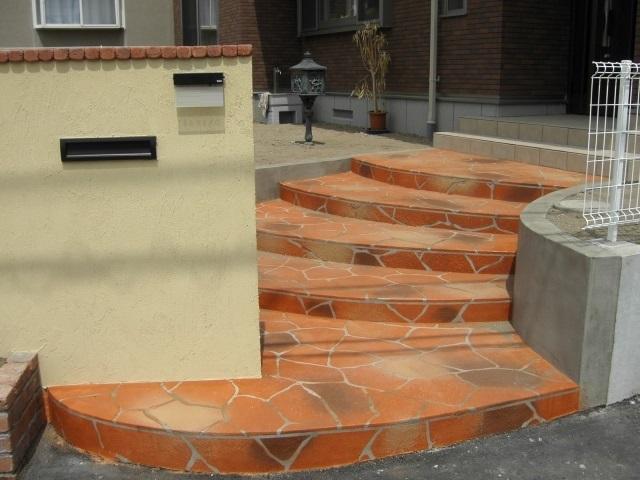 テラコッタ色のマルチフロークリートで仕上げの丸みを帯びたアプローチ階段