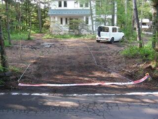 ステキな白い壁の別荘のアプローチ工事前