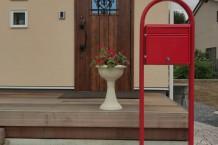 赤いポストとスタンプコンクリート