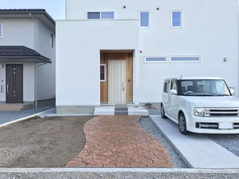 シンプルなスタンプコンクリートのアプローチ