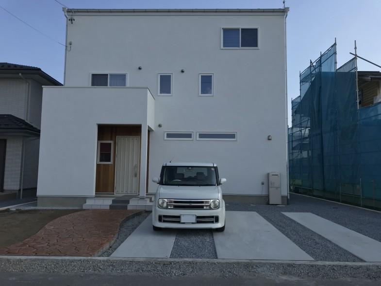 ホワイトでまとめた駐車スペース