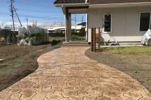 ランダムストーンのスタンプコンクリート アプローチ