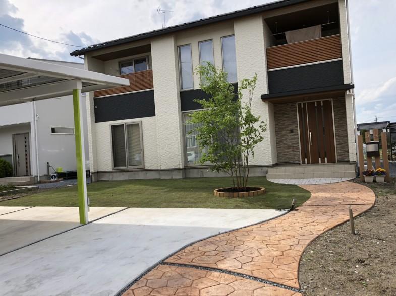 芝生とシャラ、スタンプコンクリート