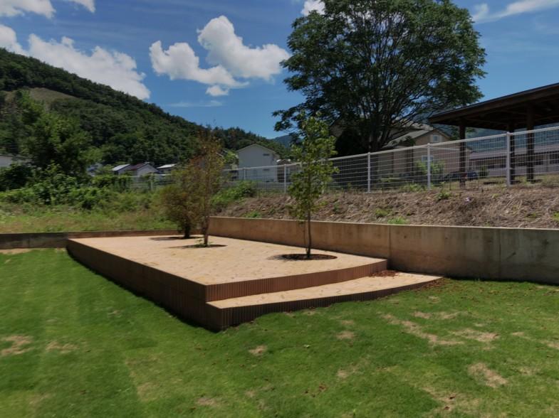 芝生とスタンプコンクリートのデッキ