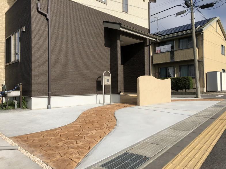 スタンプコンクリートのアプローチ、門柱