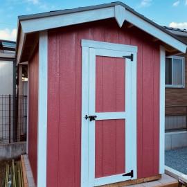 ピンクの木製物置