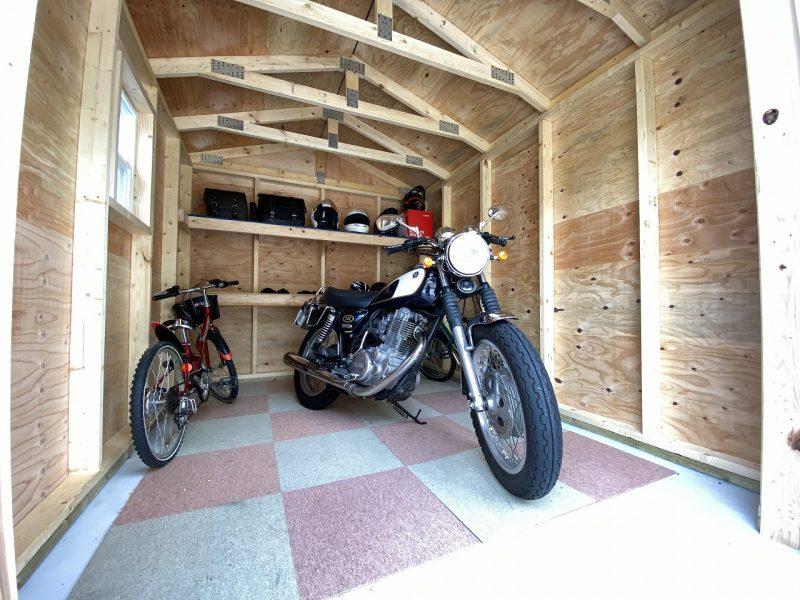 バイクガレージ内部
