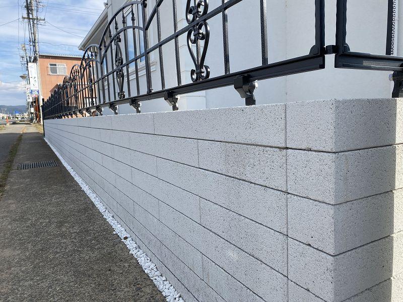 鋳物フェンスと白いブロック