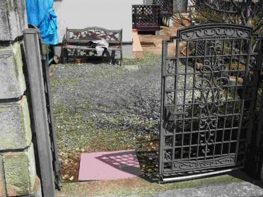 車椅子では出入りが難しい施工前の玄関アプローチ