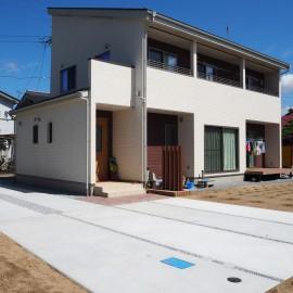 駐車スペースの土間コンクリート、樹脂デッキ