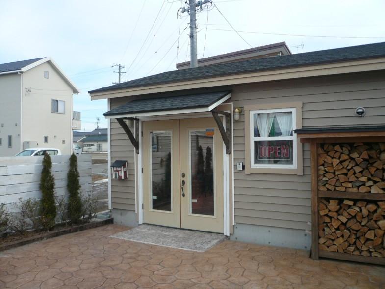 店舗ドア上 特注木製庇完成